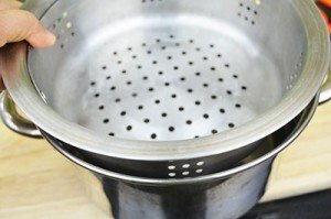 Place-Steamer-in-Pot